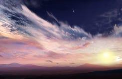 Romantische zonsondergang en mystieke maan Stock Afbeeldingen