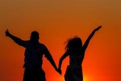 Romantische zonsondergang en silhouetten van minnaars Stock Foto