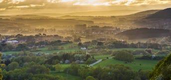 Romantische zonsondergang met gebieden en bergen stock afbeeldingen