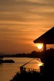 Romantische zonsondergang op een rivier Stock Foto