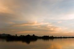 Romantische zonsondergang op een rivier Royalty-vrije Stock Afbeeldingen