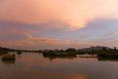Romantische zonsondergang op een rivier Royalty-vrije Stock Foto