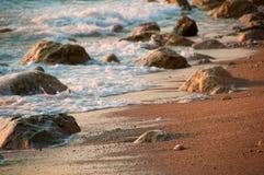 Romantische zonsondergang op zee, golven royalty-vrije stock afbeelding