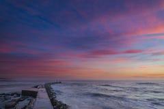 Romantische zonsondergang over de Vuurtorenbaai stock fotografie