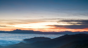 Romantische zonsopgang in mistvallei Royalty-vrije Stock Afbeeldingen