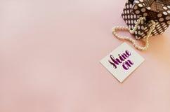 Romantische Zusammensetzung auf einem rosa Hintergrund mit dem Platz für Ihren Text Stockfotos