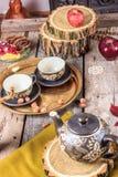 Romantische Zusammensetzung von Schalen und von Plätzchen auf Holztisch Stockbilder