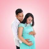Romantische zwangere vrouw en haar echtgenoot het omhelzen royalty-vrije stock afbeeldingen
