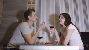 Romantischer Abend Mann und Frau am trinkenden Wein der Tabelle stock video footage