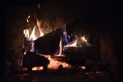 Romantischer Abend mit Feuer im Kamin nachts lizenzfreie stockfotografie