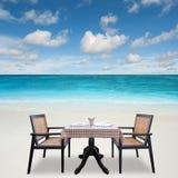 Romantischer Abendtisch für zwei gedient Lizenzfreies Stockbild