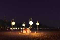 Romantischer Abendtisch im Freien für zwei an Stary-nächtlichem Himmel am Strand lizenzfreies stockbild