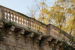 Romantischer aufwändiger Kalksteinbalkon überwältigt mit Efeu Stockfoto