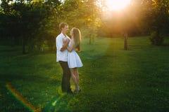 Romantischer Blick eines liebevollen Paarumarmens lizenzfreies stockbild