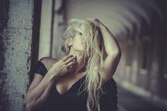 Romantischer blonder Engel, junge Frau mit schwarzen Flügeln, Herbst scen Lizenzfreie Stockfotos
