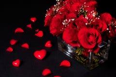 Romantischer Blumenstrauß der roten Rosen Stockfotos