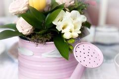 Romantischer Blumenstrauß im Blumentopf in der Form der Gießkanne Stockfotografie