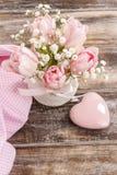 Romantischer Blumenstrauß von rosa Tulpen und von gypsophilia paniculata Lizenzfreies Stockbild