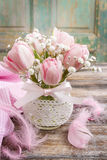 Romantischer Blumenstrauß von rosa Tulpen und von gypsophilia paniculata Stockfotografie