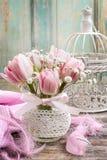 Romantischer Blumenstrauß von rosa Tulpen und von gypsophilia paniculata Stockbilder
