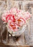 Romantischer Blumenstrauß von rosa Tulpen und von gypsophilia paniculata Stockfotos