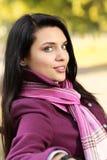 Romantischer Brunette im Herbstpark Lizenzfreie Stockfotos