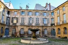 Romantischer Brunnen an Platz D ` Albertas in Aix-en-Provence stockfotografie