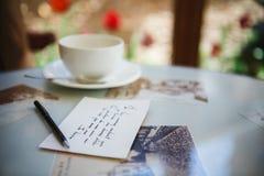Romantischer Buchstabe im Restaurant Lizenzfreies Stockfoto
