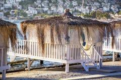 Romantischer Gazeboaufenthaltsraum am tropischen Erholungsort Strandbetten unter Palmen Stockfotografie