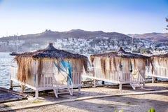 Romantischer Gazeboaufenthaltsraum am tropischen Erholungsort Strandbetten unter Palmen Stockbilder