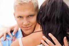 Romantischer gutaussehender Mann, der seine Freundin umarmt Lizenzfreie Stockbilder