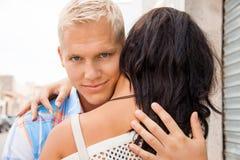Romantischer gutaussehender Mann, der seine Freundin umarmt Lizenzfreie Stockfotos