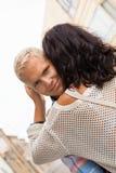 Romantischer gutaussehender Mann, der seine Freundin umarmt Stockfotos