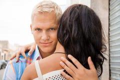 Romantischer gutaussehender Mann, der seine Freundin umarmt Stockbilder