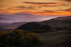 Romantischer, heller und bunter Sonnenuntergang über einem Gebirgszug in Transilvania Stockfotos