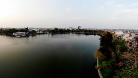 Romantischer Herbstnachmittag durch den blauen See stockfotos