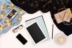 Romantischer Herbstspott oben Blatt des blauen Papiers, der Tablette, des intelligenten, Bleistifte, Schale Cappuccino und alte K Lizenzfreies Stockbild