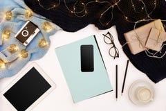 Romantischer Herbstspott oben Blatt des blauen Papiers, der Tablette, des intelligenten, Bleistifte, Schale Cappuccino und alte K Lizenzfreie Stockfotos