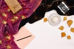 Romantischer Herbstspott oben Blatt des rosa Papiers, der gelben und orange Blätter, der Bleistifte, der Schale Cappuccinos und d Stockfoto