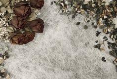 Romantischer Hintergrund in den weichen Herbstfarben mit getrockneten Rosen und Topf pourri auf Papier des weißen Reises lizenzfreies stockbild