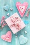 Romantischer Hintergrund des Valentinstags mit Geschenk und Herzen Lizenzfreie Stockfotografie