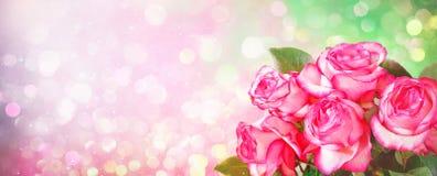 Romantischer Hintergrund mit Blumenstrauß von rosa Rosen für Valentinsgrüße DA stockfotografie