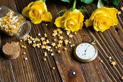 Romantischer Hintergrund mit den gelben Rosen, die auf einem Holztisch liegen stockfotos