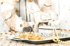 Romantischer Hintergrund mit Rosen, Perlenhalskette, alte Spitze Stockfotografie