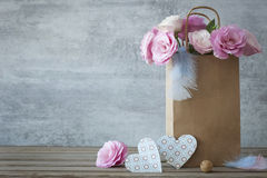 Romantischer Hintergrund mit Rosen und handgemachten Herzen Stockbild