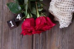 Romantischer Hintergrund mit Rotrose auf hölzerner Tabelle, Draufsicht Stockfotografie