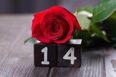 Romantischer Hintergrund mit Rotrose auf hölzerner Tabelle, Draufsicht Lizenzfreie Stockfotos