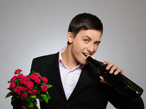 Romantischer junger Mann mit Blumen auf einem Datum Stockfotos