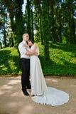 Romantischer Jungvermähltenpaarhochzeitstag Bräutigambraut Lizenzfreie Stockfotografie