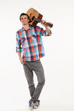 Romantischer Kerl mit Gitarre stockfoto